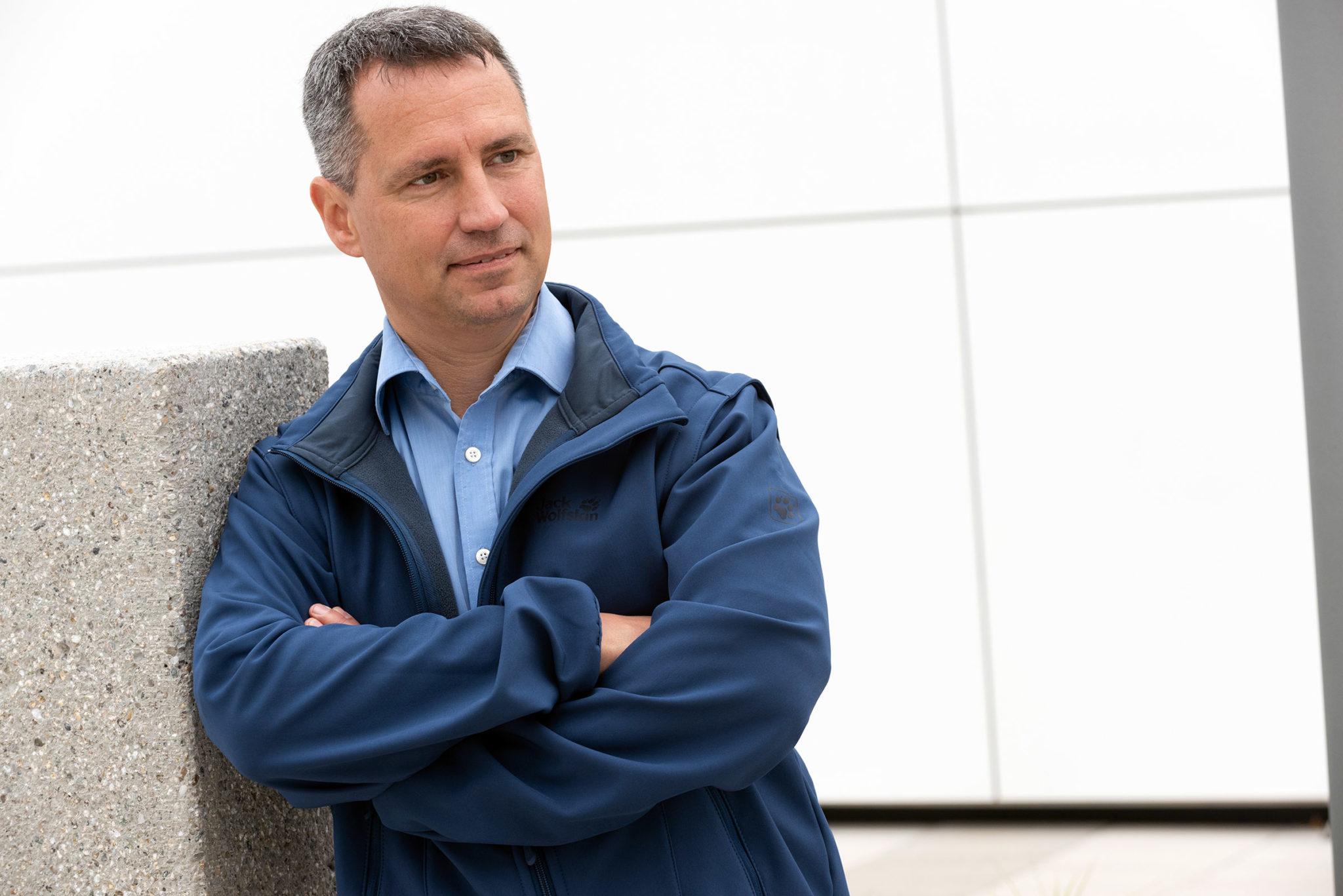 Markus Hiebl, designierter Bürgermeister von Freilassing, vor einem seiner Lieblingsprojekte, dem Badylon. © Uwe Kurenbach