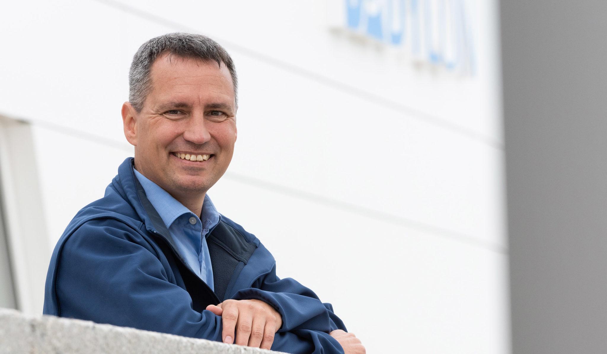Markus Hiebl, unabhängiger Bürgermeisterkandidat von Freilassing, vor dem von ihm konzipierten Badylon.